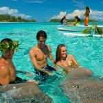 Polynésien et un couple donnant à manger au raies